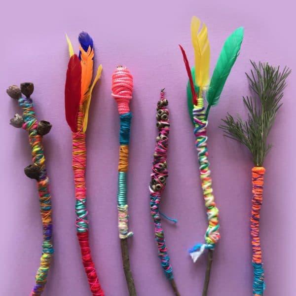 Varitas con plumas y materiales bosque